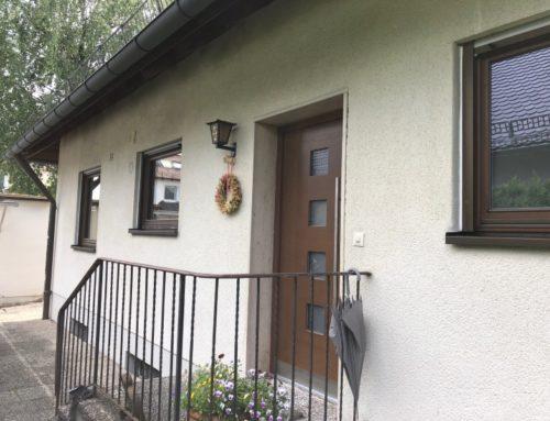 Neue Fenster und Haustür aus Holz machen das Haus aus den 70ern modern