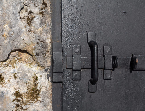 So sichern Sie Ihre Kellertür wirksam gegen Einbruch
