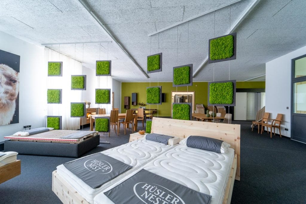 Bettsystem von Hüsler Nest in Ausstellung von Rumpfinger